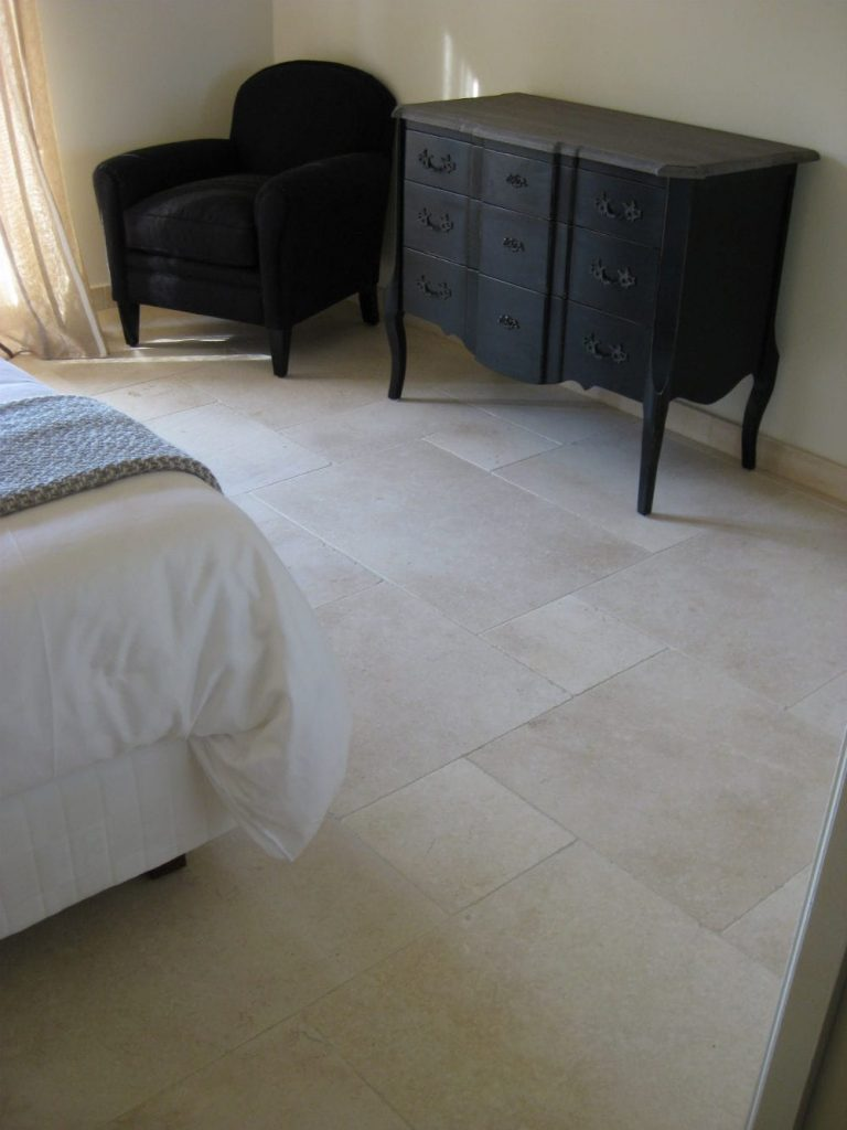 Douceur pour cette chambre en pierre naturelle - Dalles de sol en pierre beige Créma Nova