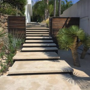 Large Format in Cèdre Gray : natural Stone Step Block - Sandblasted finish