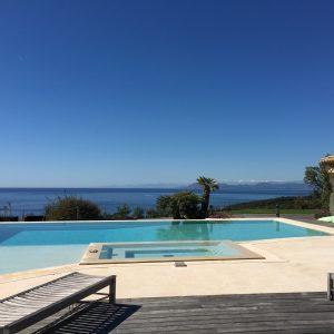 Natural stone pool beach and walnuts in beige Cèdre Honey