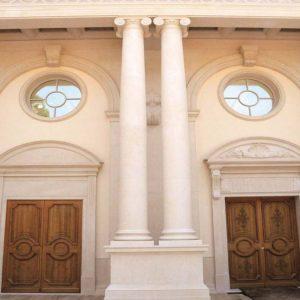Colonnes et façade en pierre calcaire en Combe brune