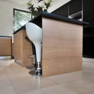 Kitchen, natural stone floor Créma Nova - Sandblasted finish
