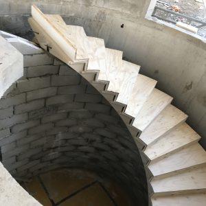 Envolée d'escaliers en pierre naturelle Combe Brune - Réalisation en cours