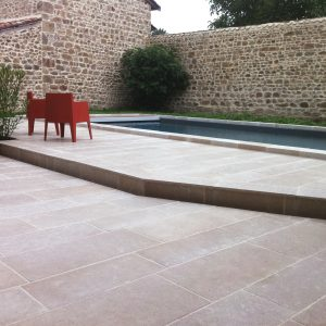 Pool Beach and Natural Stone coping in Cèdre Gray - Drum finish