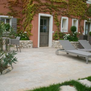Terrace in natural slabs Cèdre Gray