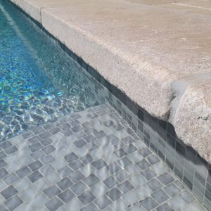 Swimming pool coping in beige natural stone Cèdre Bronze - Cathedral finish - Thickness 8 cm